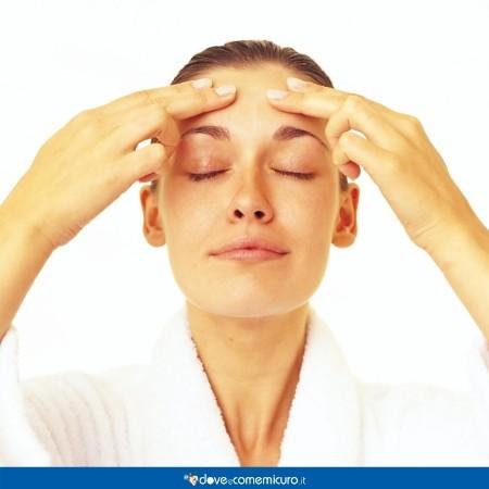 Immagine di una donna che si massaggia la fronte
