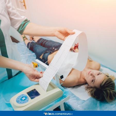 Immagine che ritrae una ragazza dal medico per una visita cardiologica
