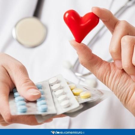 Immagine che ritrae un medico che tiene farmaci per il cuore in mano