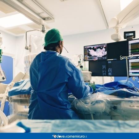 Fotografia che ritrae un chirurgo che opera in sala