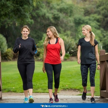 Immagine che raffigura tre donne che fanno una passeggiata al parco