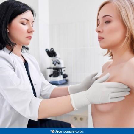 Immagine che ritrae una ginecologa che effettua la palpazione del seno a una paziente