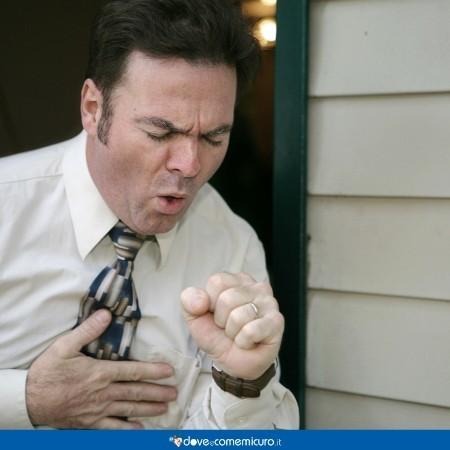Immagine che ritrae un uomo che tossisce violentemente