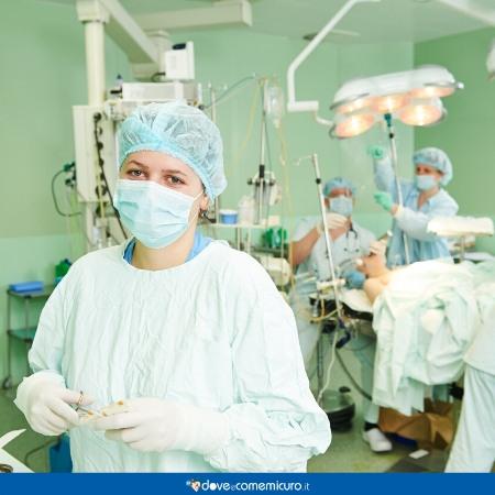 immagine che ritrae chirurghi in sala operatoria