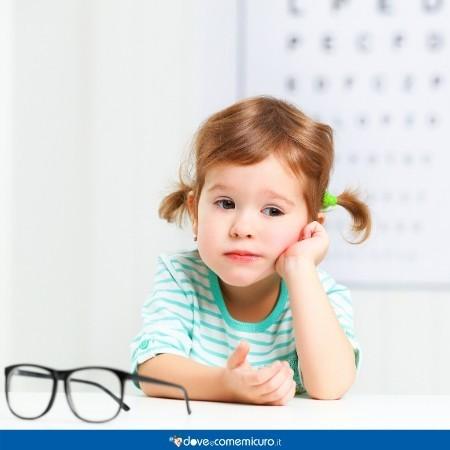Immagine che ritrae una bambina in uno studio oculistico