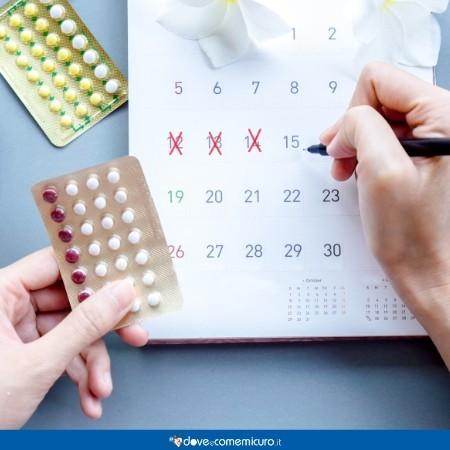 Immagine che ritrae un calendario con due blister di pillole e un orologio