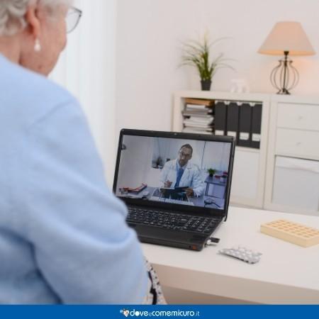 Immagine che ritrae una signora anziana in teleconsulto con il medico