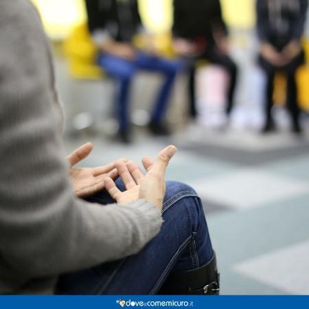 Immagine di una persona che si torce nervosamente le mani prima di parlare in pubblico