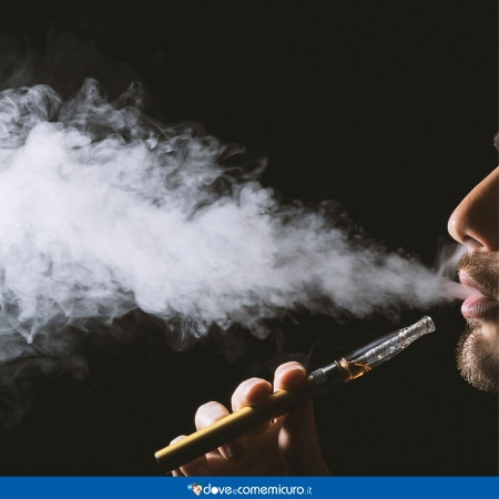 Immagine che mostra un ragazzo svapare da una sigaretta elettronica