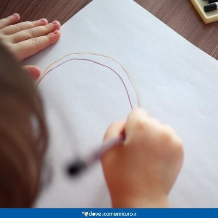 Fotografia dall'alto di un bambino che disegna