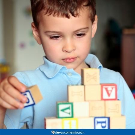 Immagine di un bambino che gioca con le costruzioni