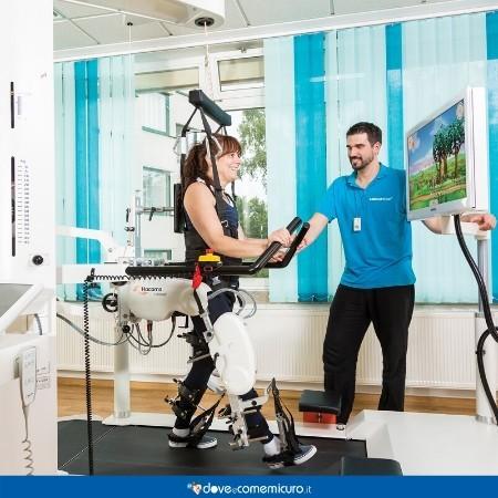 Immagine che raffigura un fisioterapista mentre segue la sua paziente in riabilitazione su Lokomat Pro