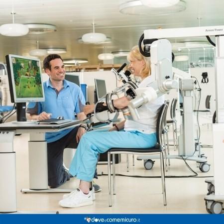 Immagine che raffigura paziente in riabilitazione con medico e Armeo Power