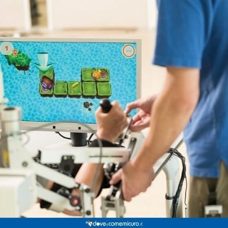 Immagine che mostra l'uso del robot Armeo Spring per la riabilitazione dei pazienti con deficit di movimento