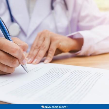 immagine di un dottore che compila un referto medico