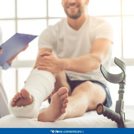 Immagine che ritrae un paziente sul lettino dell'ortopedico e il gesso