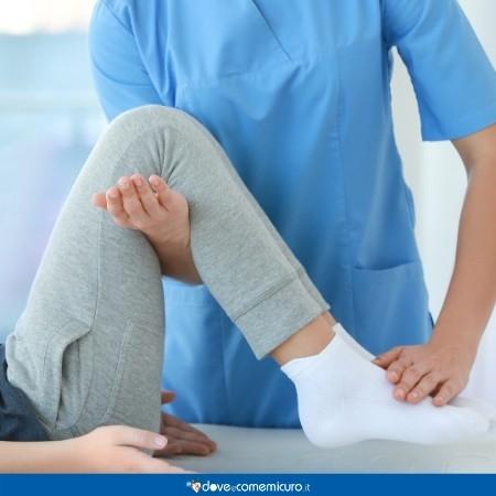 Immagine che mostra un fisioterapista mentre fa riabilitazione