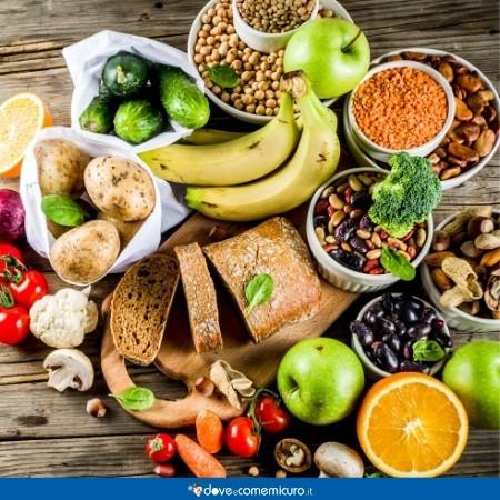 Immagine che mostra una serie di alimenti ricchi di carboidrati, complessi e semplici, su un tavolo