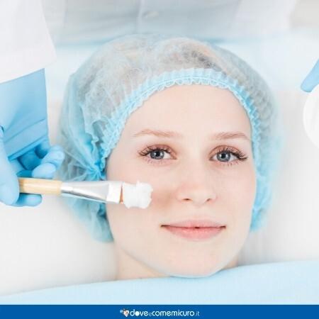 Immagine che ritrae il viso di una ragazza durante un trattamento per la pelle con acido glicolico