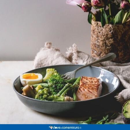 Immagine che raffigura una ciotola con uova, pesce leggero e verdure, ideale per la dieta da gastrite