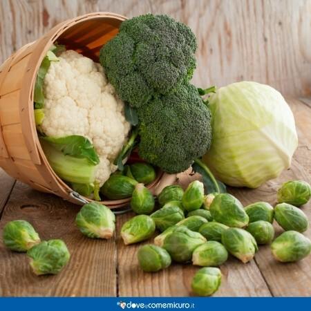 Immagine che mostra un cesto di vimini con broccoli, cavolfiori e cavolini