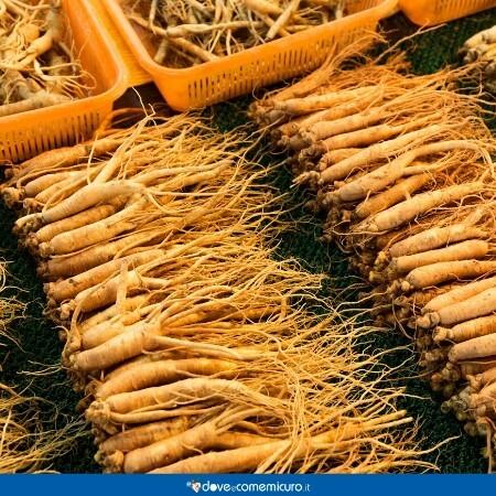 Immagine che ritrae ceste piene di radici di ginseng a un mercato aisatico