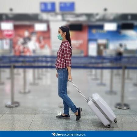 Immagine che ritrae una ragazza asiatica con la mascherina in areoporto