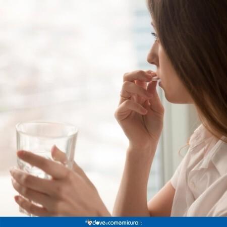 Immagine che mostra una ragazza mentre assume la pillola dei cinque giorni dopo