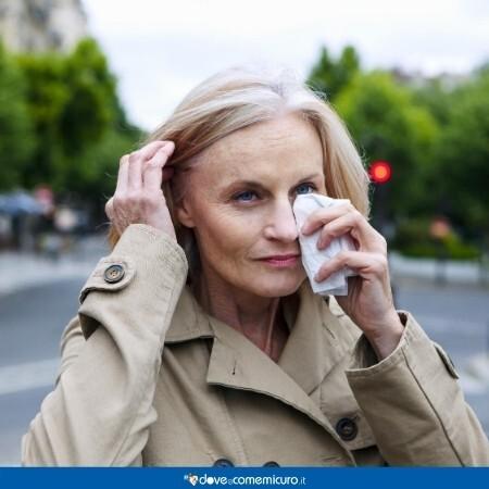 Immagine che mostra una donna affetta da congiuntivite allergica
