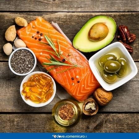 Immagine che mostra salmone, avocado e semi oleosi, ricchi di grassi insaturi