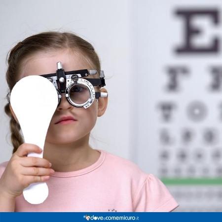 Immagine che ritrae una bambina durante una visita oculistica