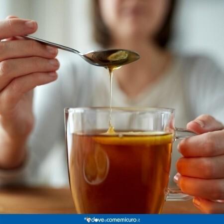 Immagine che mostra in primo piano una tisana per il catarro con miele
