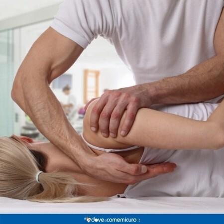 Immagine che mostra una manovra dal fisioterapista