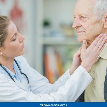Immagine di un medico che effettua un controllo dei linfonodi su un paziente
