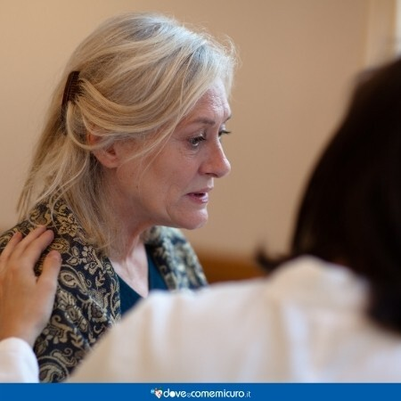 Immagine che mostra una donna anziana affetta da demenza senile con lo sguardo perso nel vuoto