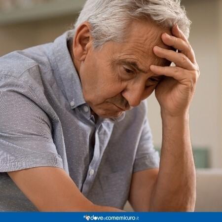 Immagine che mostra un anziano che si regge la testa