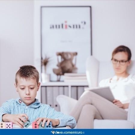 Immagine di un bambino che gioca mettendo in ordine di dadi