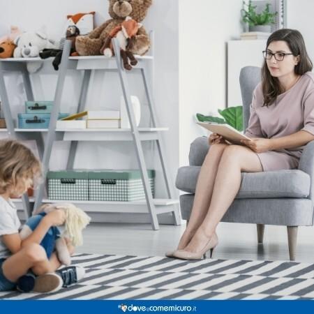 Immagine che mostra una seduta di terapia cognitivo comportamentale di una bambina