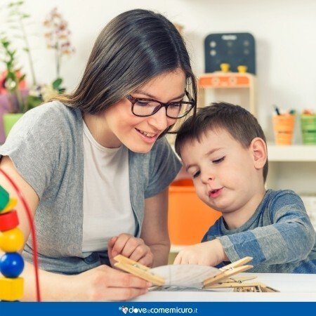 Immagine che mostra un'educatrice mentre gioca con un bambino