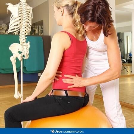 Immagine che mostra una donna dalla fisioterapista per mantenere la schiena dritta
