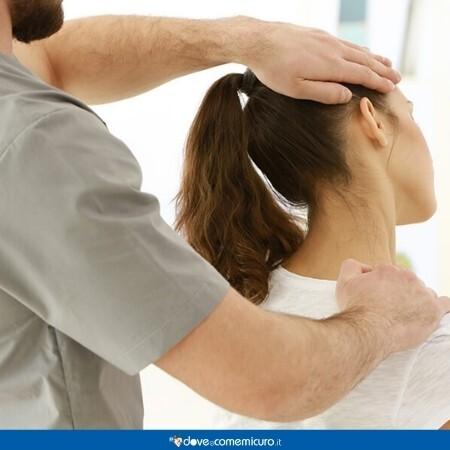 Immagine che mostra la mobilizzazione del collo e della schiena da parte del fisioterapista