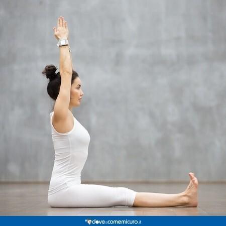 Immagine di una donna affetta da ernia del disco che fa esercizi di allungamento della schiena