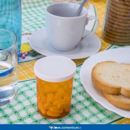 Immagine di una tavola con tutto ciò che serve per fare colazione e un pacchetto di pastiglie