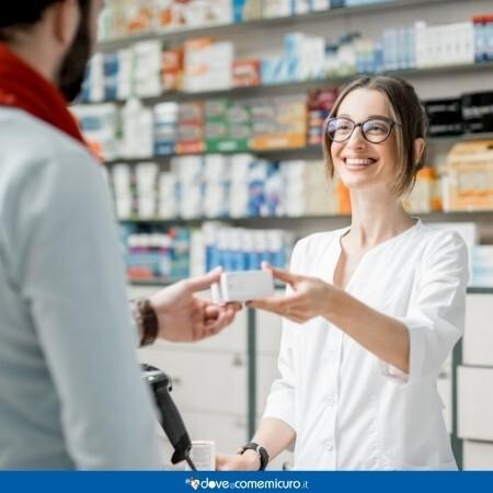 Immagine che mostra un cliente in farmacia mentre ordina dei medicinali