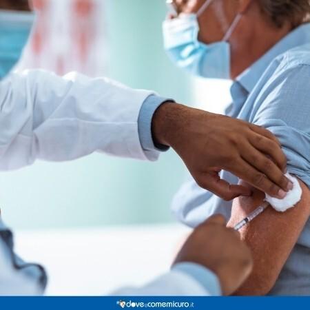 Immagine che mostra un uomo che viene vaccinato in studio