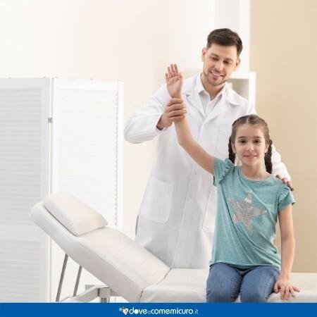 Immagine di una bambina mentre viene visitata dal medico
