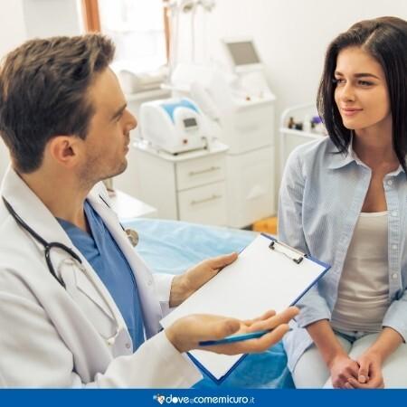 Immagine di un medico mentre discute con la paziente la terapia giusta da seguire