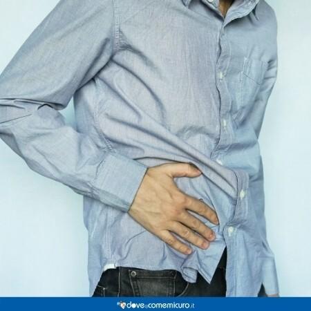 Immagine che mostra una persona con dolore al fianco e sospetta appendicite