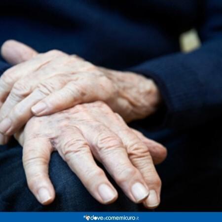 Immagine che mostra in primo piano le mani di un anziano affetto da parkinson