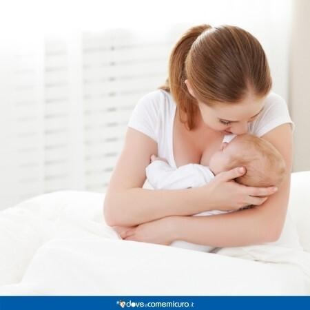 Immagine che mostra una mamma mentre allatta la sua bambina